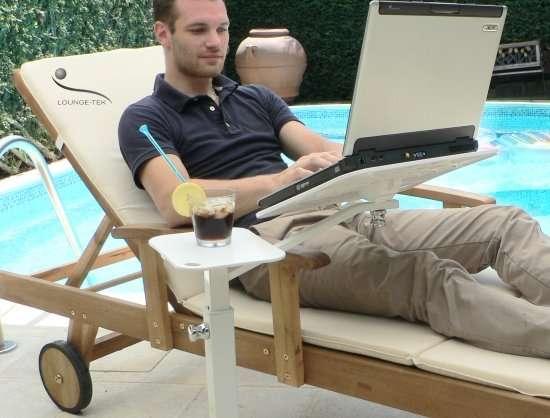 Con il notebook, lontano dalla scrivania su una sdraio con il supporto per portatili lounge-tek