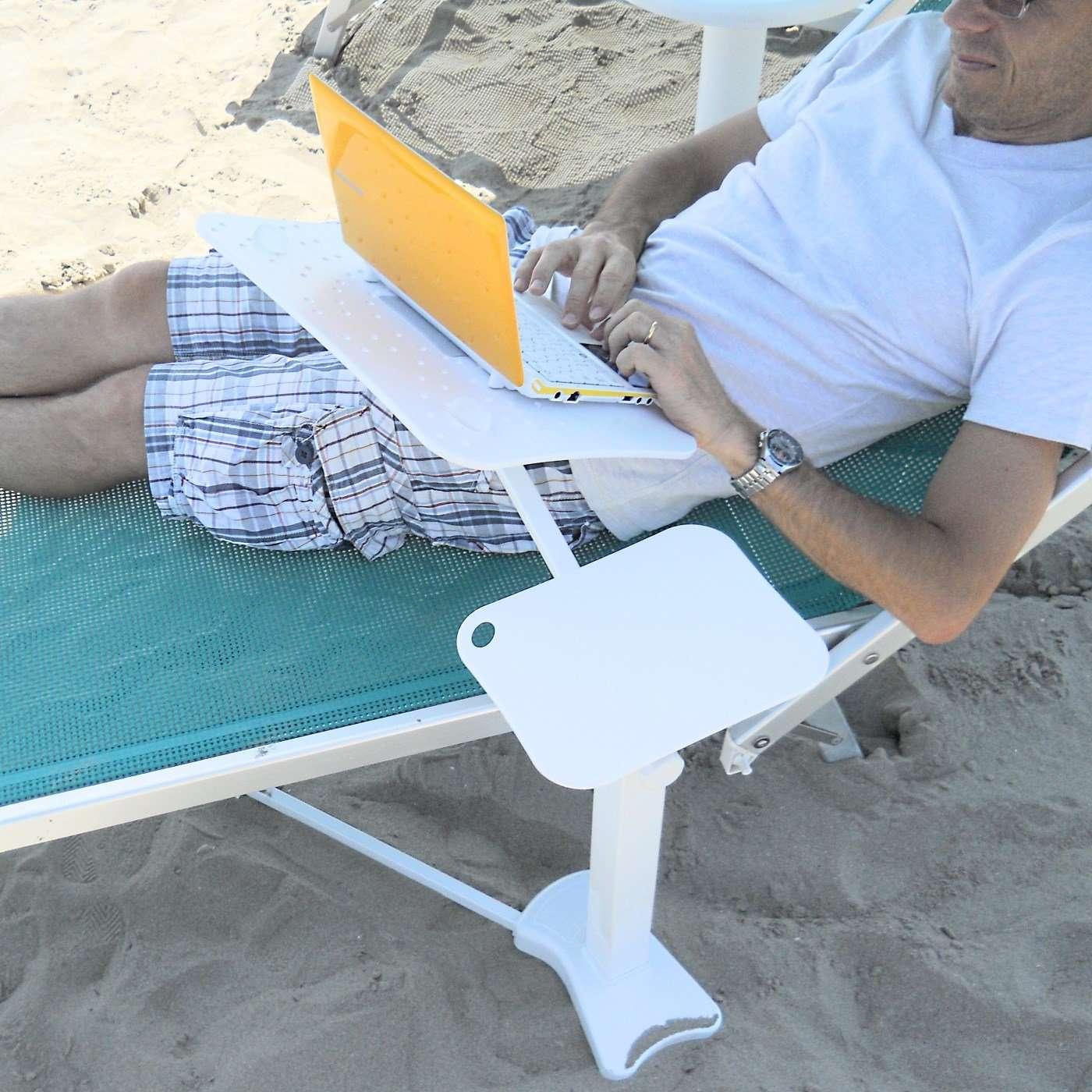 con il notebook in spiaggia