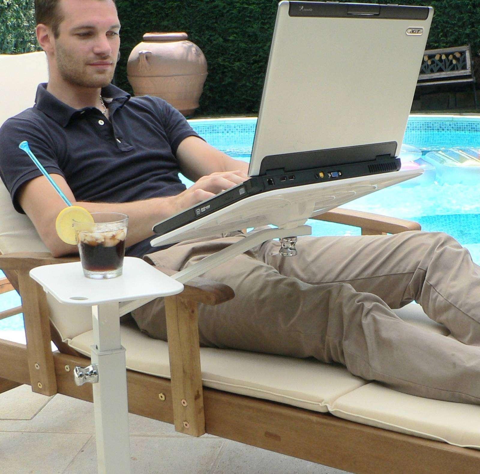 Com o laptop no jardim, terraço ao ar livre
