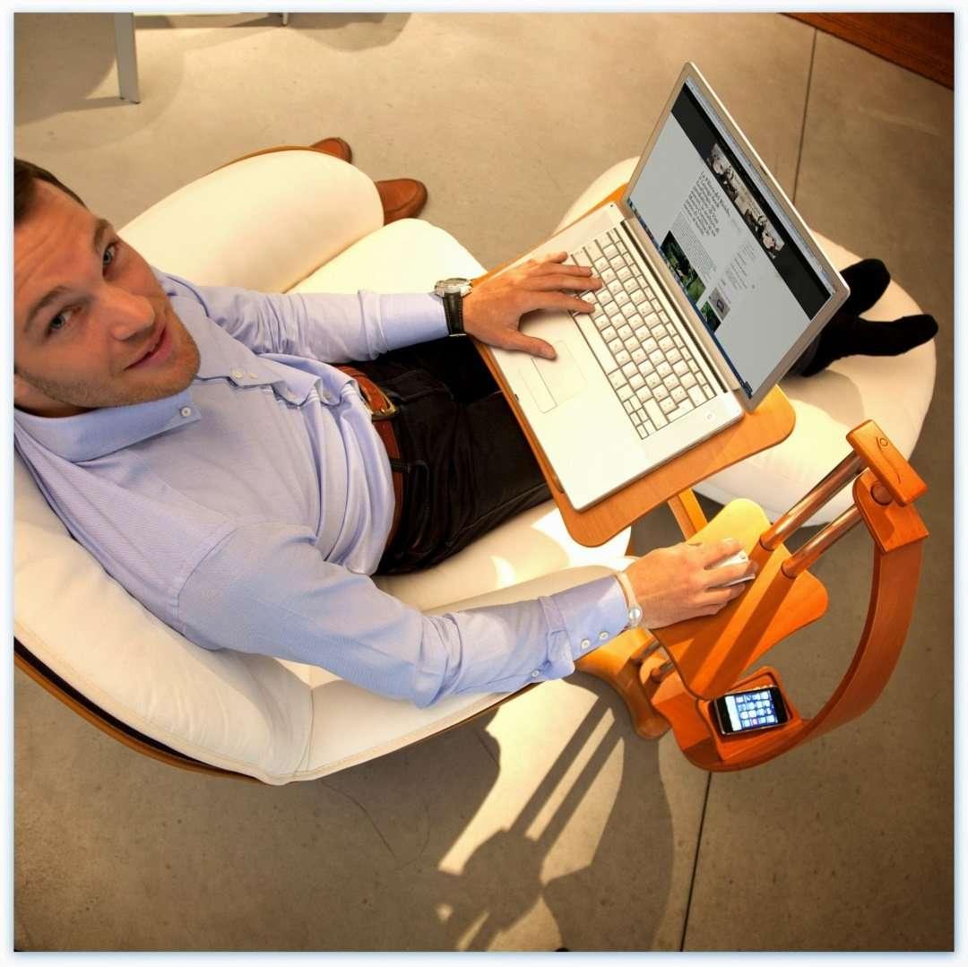 Il supporto per notebook lounge-tek consente di trasformare la poltrona preferita in una scrivania per lavorare da casa